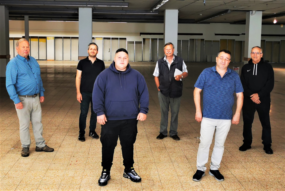 Neue Betreiber auf alter Fläche: Vorn v.l.: Emil und Elcin Mehdiyev als neue Chefs im Haus Hinten v.l.: Günter Willig, Temel Bulut, Egon Schewe, Stevo Viduka)